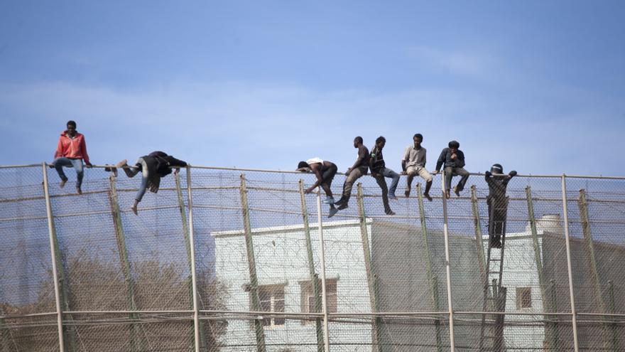 Imagen de archivo: varios inmigrantes permanecen encaramados en la valla de Melilla en uno de los últimos intentos de salto. Foto: Robert Bonet