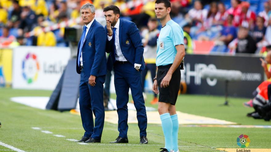 Quique Setién y Éder Sarabia durante el encuentro entre la UD Las Palmas y el Atlético de Madrid en el Estadio de Gran Canaria.