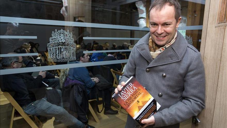 "Antonio Resines, Rosa Montero o Javier Sierra leerán ""bajo la luna"" en la Feria del Libro de Madrid"