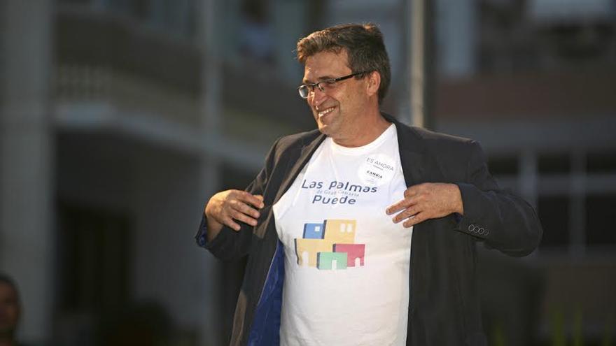 Javier Doreste enseña la camiseta de Las Palmas de Gran Canaria Puede. (ALEJANDRO RAMOS)