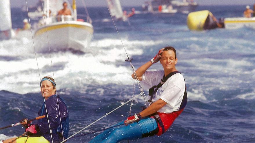 Patricia Guerra, en primer plano, junto a Teresa Zabell durante una regata de los Juegos de Barcelona 92