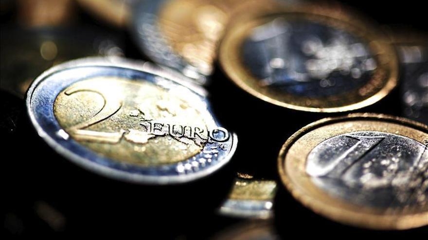 El euro cae hasta los 1,2454 dólares