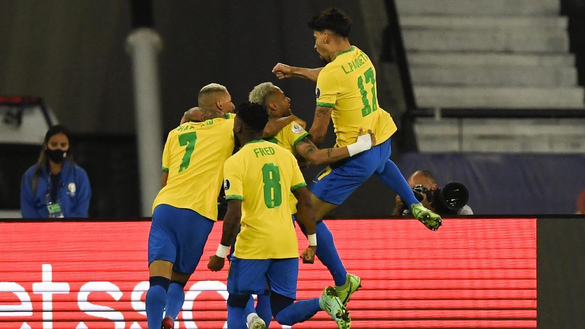 Paquetá es abrazado por sus compañeros tras convertir el único gol del encuentro.