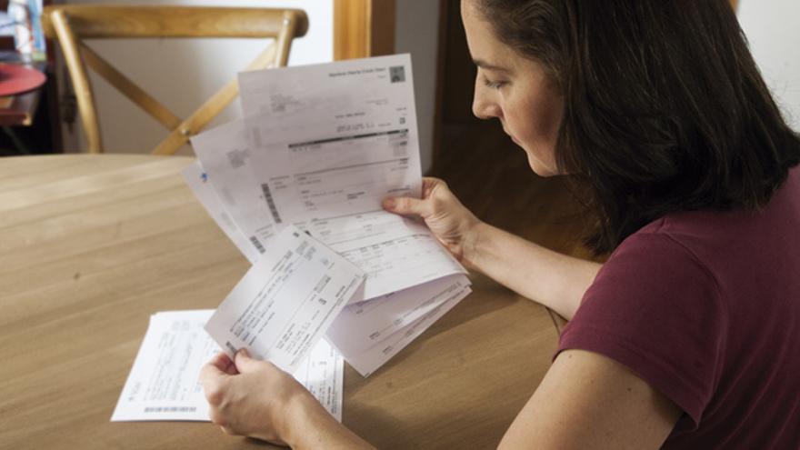 Una joven examina el recibo de su contrato de préstamo hipotecario. FOTO: ANDREA BOSCH