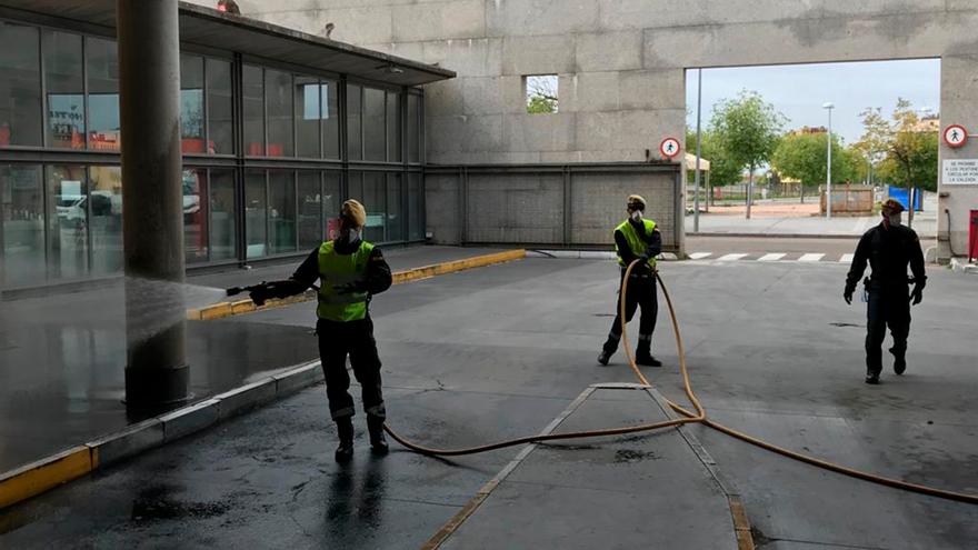La UME realiza labores de desinfección en la estación de autobuses al inicio de la pandemia.