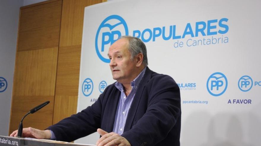 El senador del PP Javier Fernández en rueda de prensa.