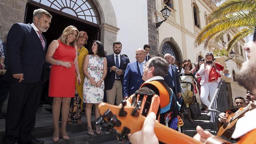 La presidenta de la Junta de Andalucía, Susana Díaz (2i) y el alcalde de Adeje (Tenerife), José Miguel Rodríguez Fraga (i), durante la apertura de la Universidad de Verano de Adeje en Tenerife.