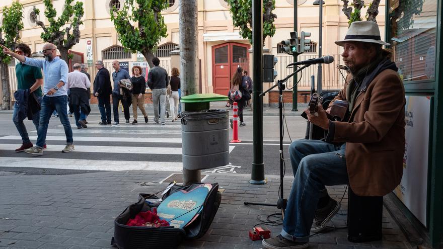 Encontramos un artista que se ha puesto a tocar de manera espontanea en los alrededores de la plaza de toros, donde dentro de pocas horas toca Bob Dylan. Nos recuerda a la esencia de trovador y orígenes del artista en cierta forma