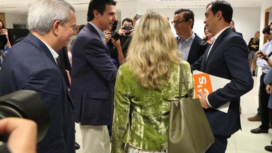 José Manuel Soria saluda a Saúl Ramírez.