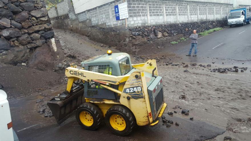 En la imagen, este miércoles, una riada atraviesa la carretera de El Remo.  Foto: Ayuntamiento de Los Llanos.