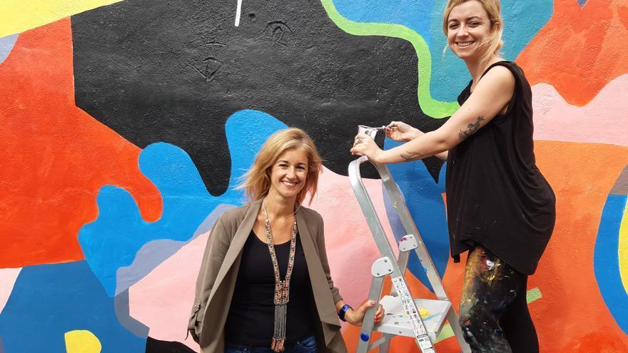 Virginia Espinosa con el mural 'Ama-LG-ama'.