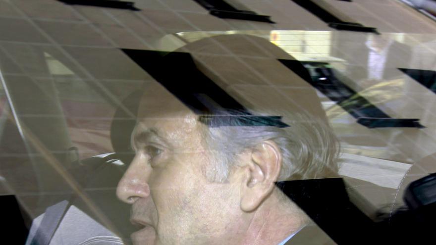 Luis Bárcenas, en su coche oficial, en una imagen de archivo / EFE