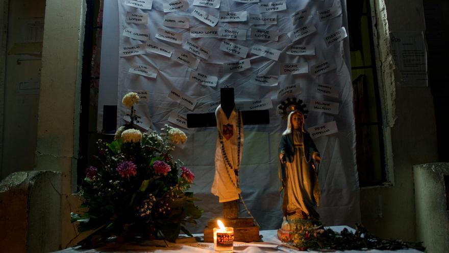 Pequeño santuario con nombres de víctimas en el barangay de Magallanes, en Tacloban. Foto: Carlos Sardiña Galache.