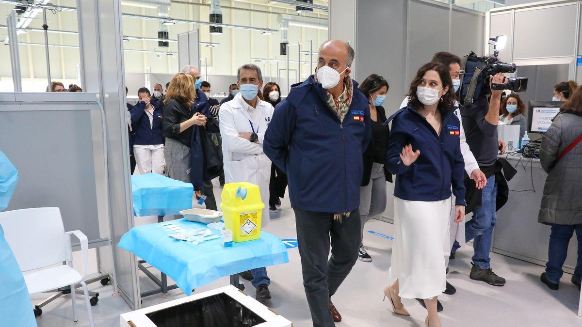 La presidenta regional, Isabel Díaz Ayuso, y el viceconsejero de Sanidad, Antonio Zapatero, en una visita al Zendal.