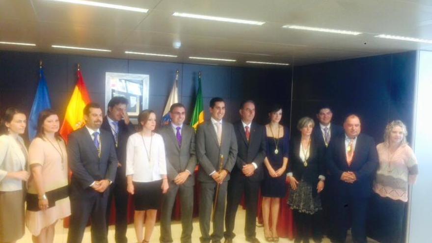 En la imagen, el alcalde de Breña Baja, Borja Pérez, con los miembros de la nueva Corporación. Foto: Roberto Pérez.