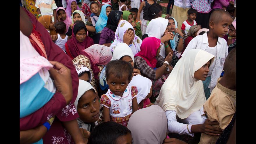 Un grupo de mujeres rohingya espera para recibir ayuda de la ONG taiwanesa Fundación Budista Tzu Chi en el campo de Bayeun, en Aceh (Indonesia). © Carlos Sardiña Galache / Yayasan Geutanyoe – A Foundation for Aceh.