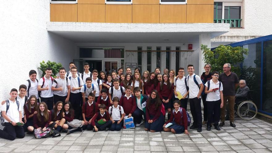 El grupo de alumnos  del Colegio Santo Domingo de Guzmán de Santa Cruz de La Palma, con sus profesores, en la Residencia de Pensionistas. Foto: Cabildo de La Palma.