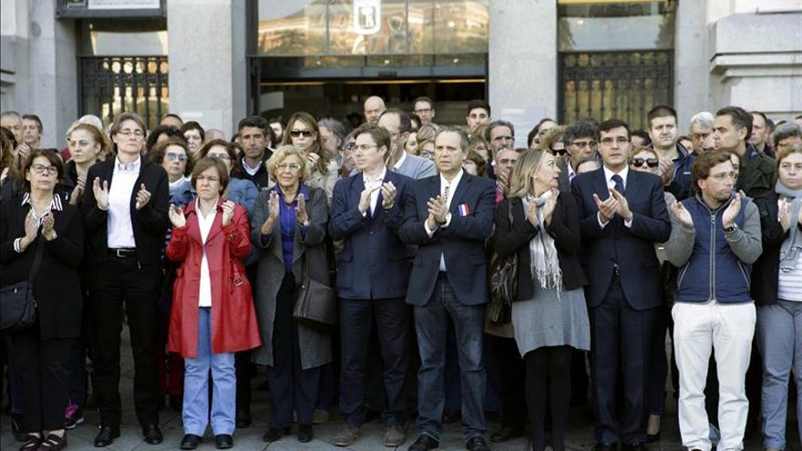 El Ayuntamiento de Madrid guarda silencio en homenaje a las víctimas de París