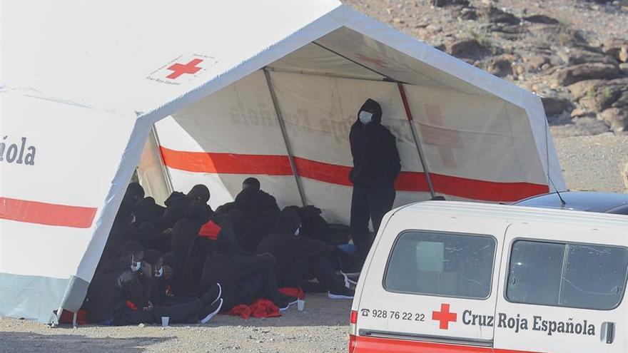 Los migrantes en la carpa de la Cruz Roja esperando a tener un lugar donde ser alojados.