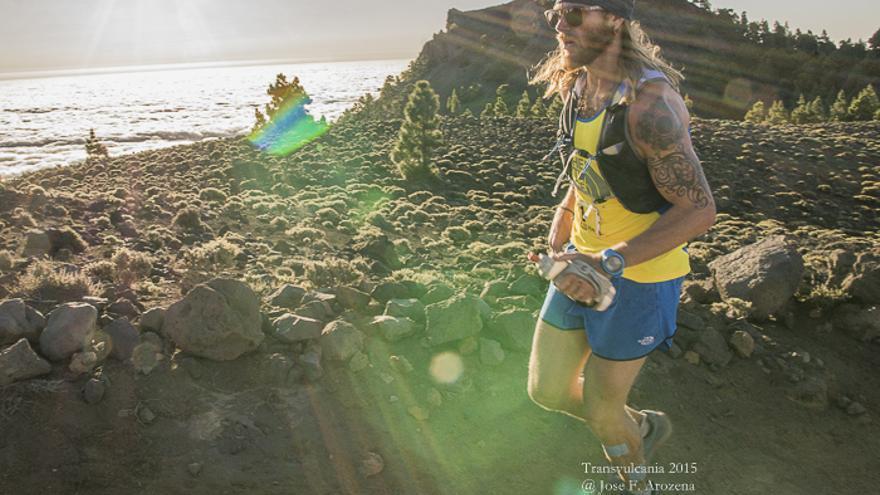 Un corredor a su paso por un paisaje volcánico. Foto: JOSE F. AROZENA.