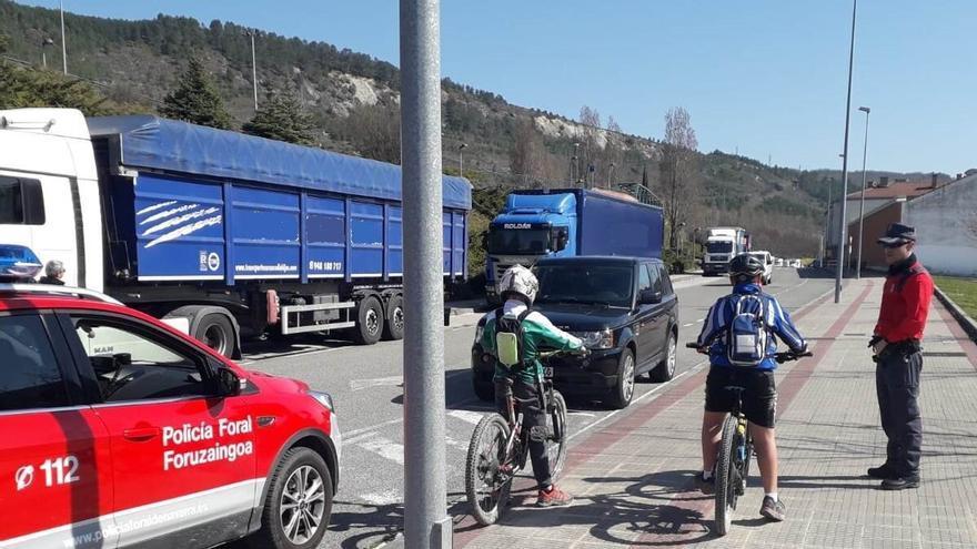 Agentes de la Policía Foral informando a ciclistas de que tienen que volver a sus casas