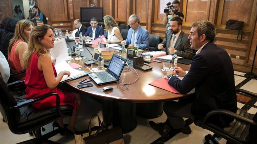 El presidente de Canarias, Fernando Clavijo (d), asiste a la reunión semanal del Consejo de Gobierno en la sede de la Vicepresidencia en Las Palmas de Gran Canaria. EFE/Quique Curbelo