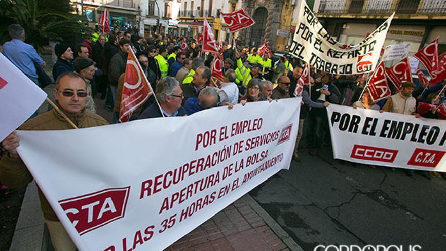 Trabajadores municipales, protestando en la puerta del Ayuntamiento   MADERO CUBERO