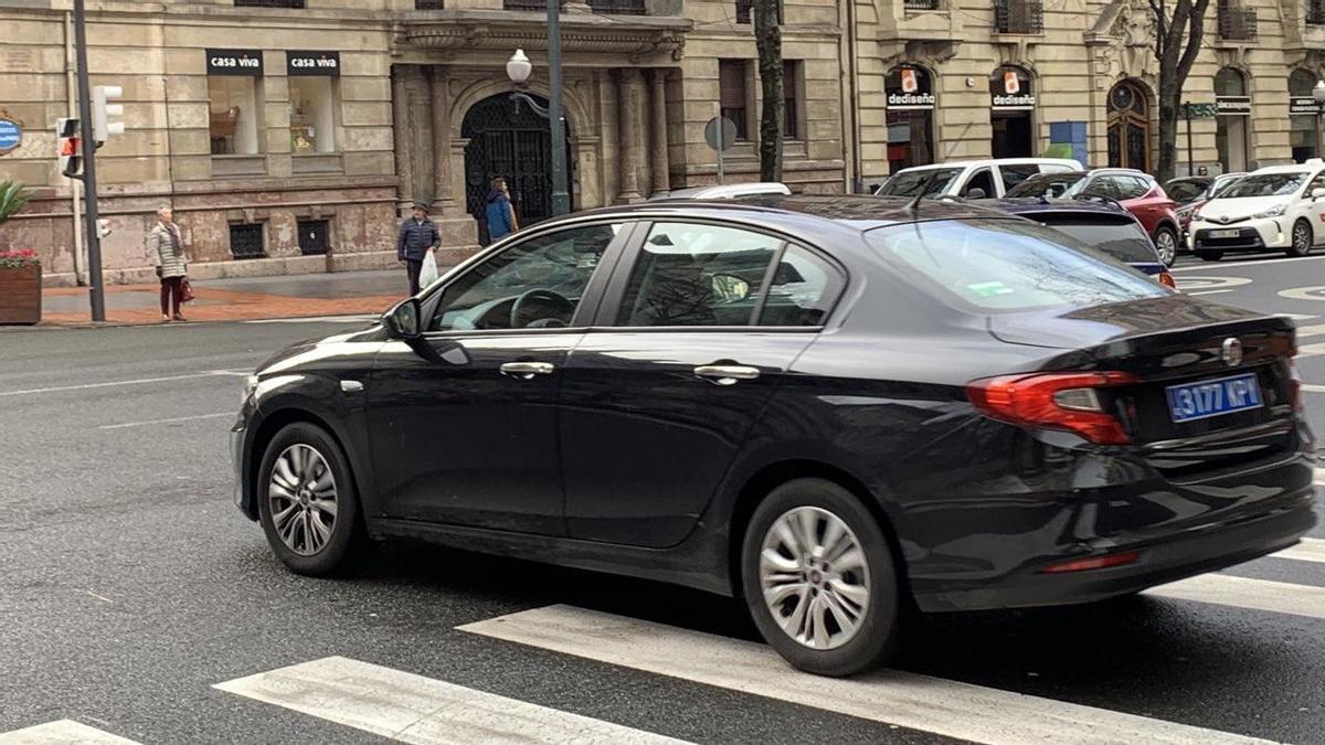 Un vehículo de Uber, circulando por la Gran Vía de Bilbao