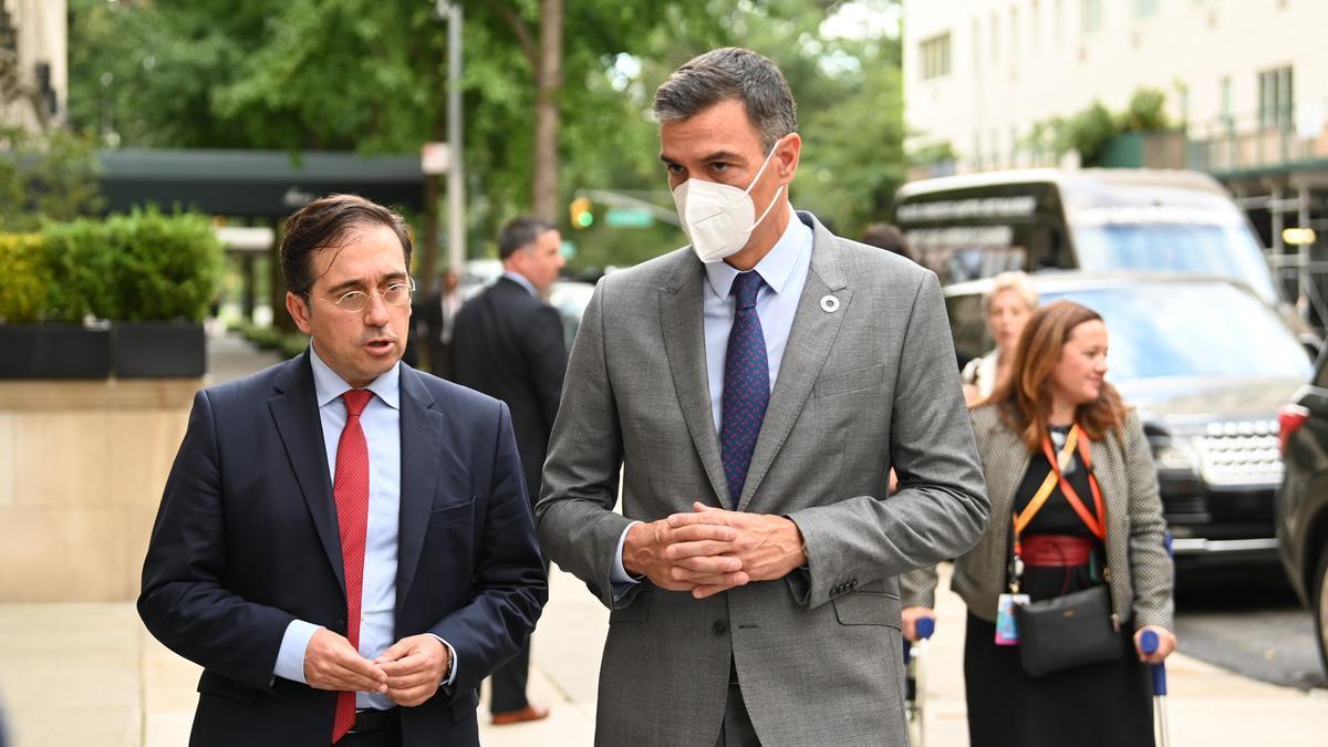 Pedro Sánchez junto al ministro de Exteriores, José Manuel Albares, durante la jornada en Nueva York.