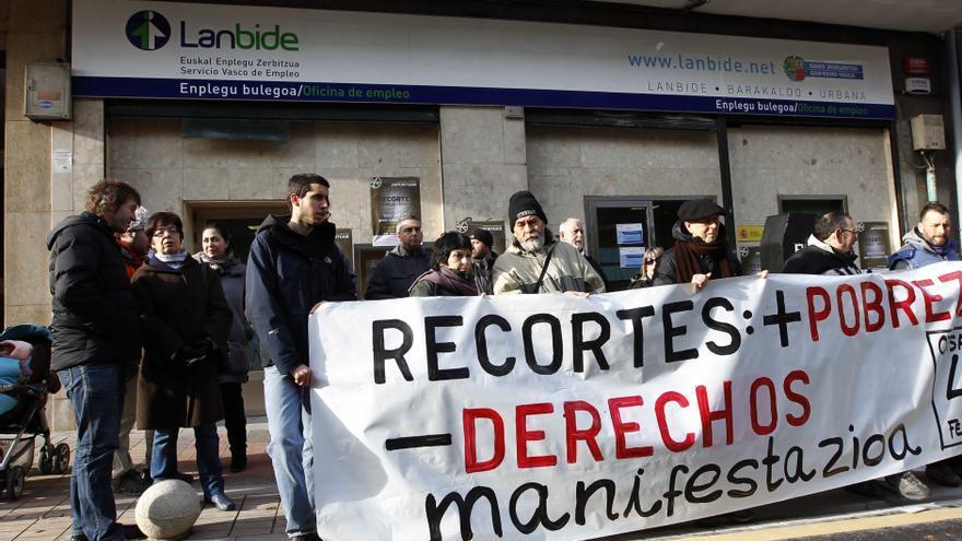 Protesta contra los recortes en la RGI frente a una oficina de Lanbide, en Barakaldo