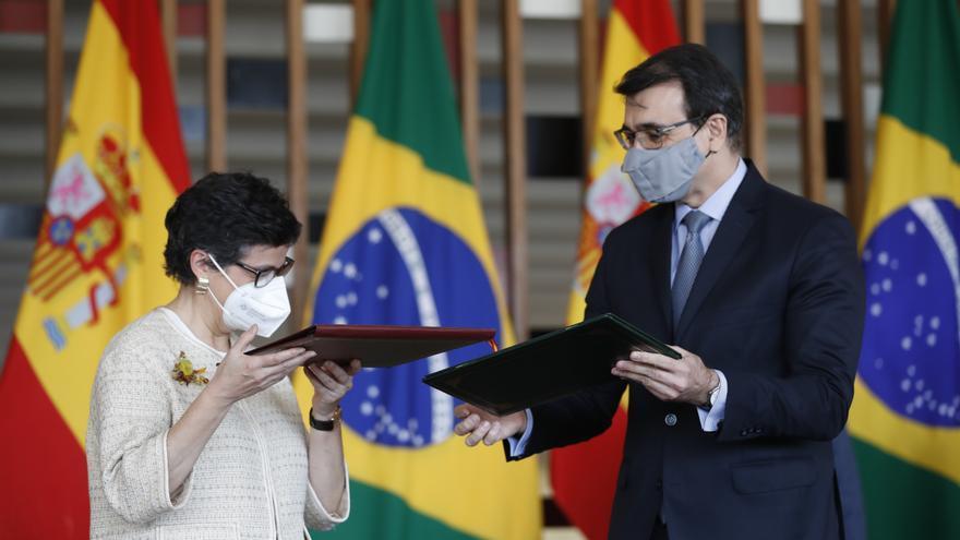 La ministra española de Asuntos Exteriores, Arancha González Laya (i), y el Canciller de Brasil, Carlos Alberto Franca, durante la firma de acuerdos en la visita de dos días a Brasilia.