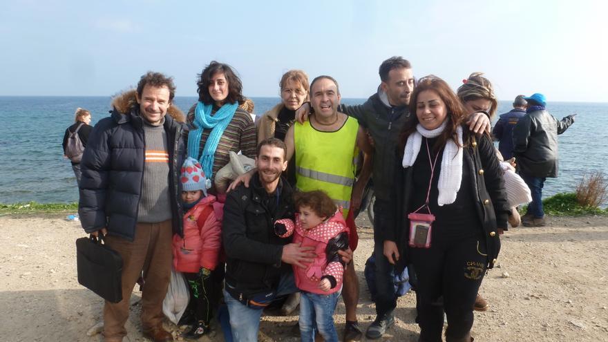 Ghias (centro) y su familia, reunida después de 18 años y del peligroso trayecto por mar desde Turquía a Lesbos (Grecia), diciembre de 2015 © Particular
