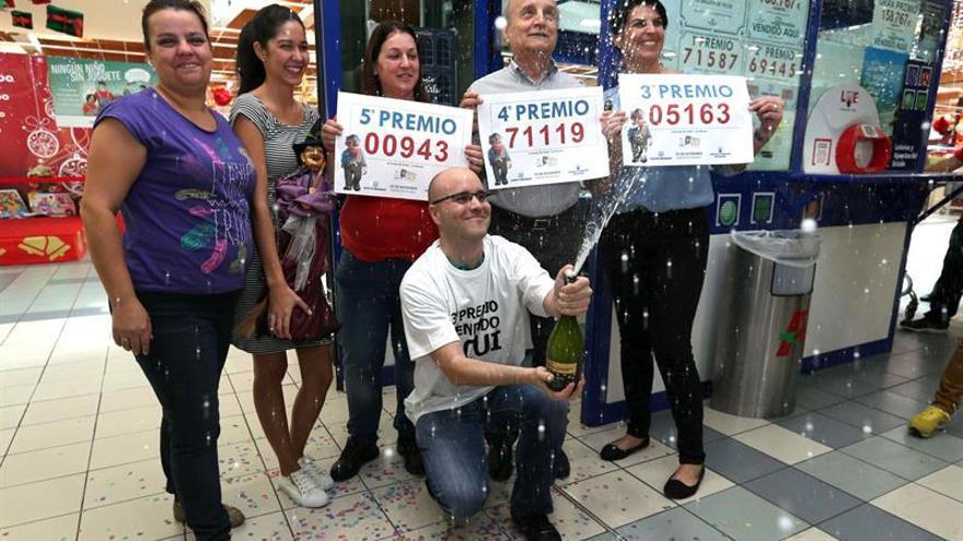 Los empleados y el gerente de la Administración de Lotería número 8 de Telde, 'La Brujita'