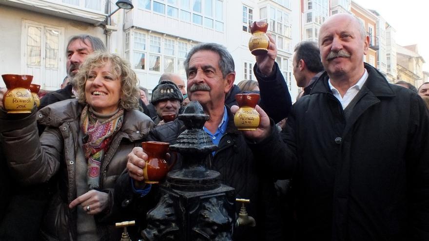 Revilla, Tezanos y el alcalde brindan por un buen año para Campoo y Cantabria