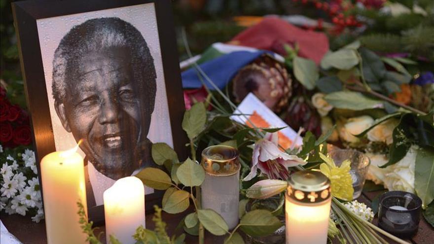 """Denuncian que el intérprete de lenguaje signos en el oficio de Mandela era """"falso"""""""