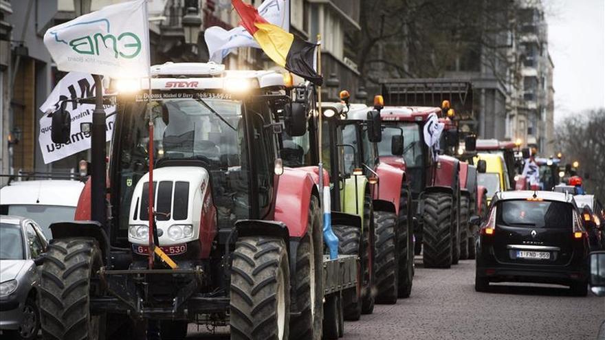Un centenar de tractores llega a Bruselas en protesta por el precio de la leche