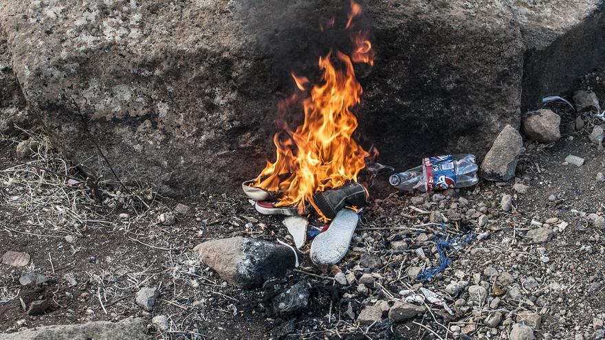 La comida y los zapatos de un grupo de inmigrantes son quemados como castigo por permanecer en el Gurugú  / J.B.A.