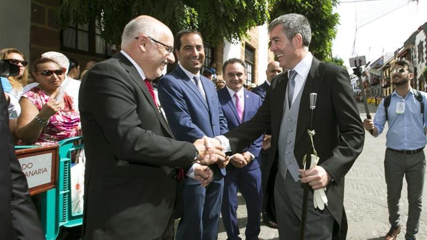 Los presidentes del Gobierno de Canarias, Fernando Clavijo, y del Cabildo de Gran Canaria, Antonio Morales, asisten al acto institucional de celebración de la festividad de la Virgen del Pino. EFE/QUIQUE CURBELO