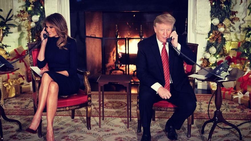 Donald y Melania Trump atendiendo a llamadas de los niños por la llegada de Santa Claus.