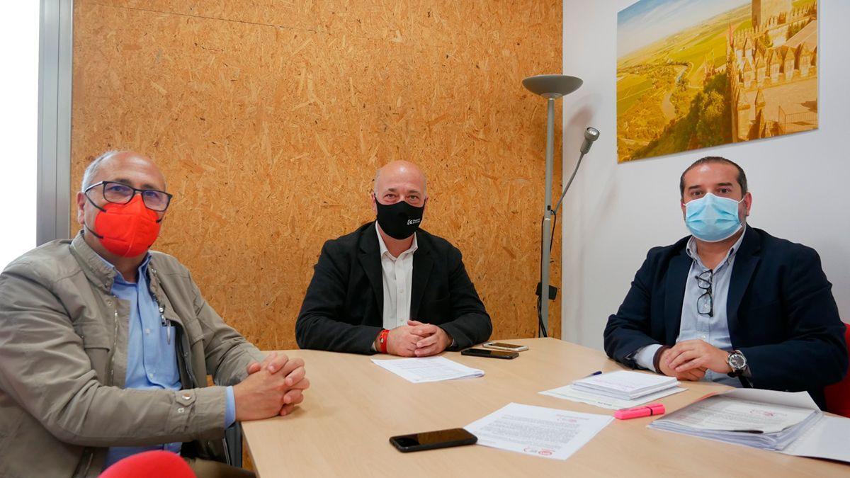 Antonio Ruiz (centro) con los representantes de UGT.