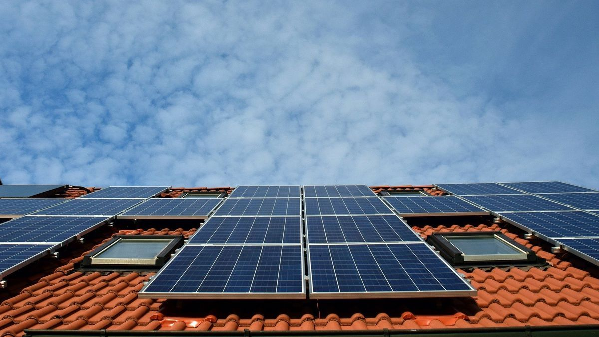 Placas solares sobre el tejado de un edificio.