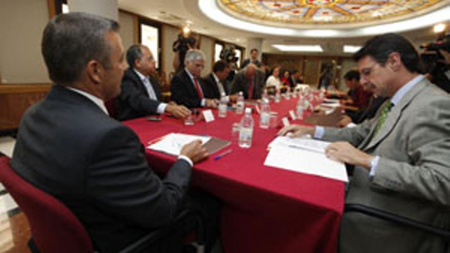 Un momento de la reunión entre el Gobierno regional y los presidentes de los cabildos. (ACFI PRESS)