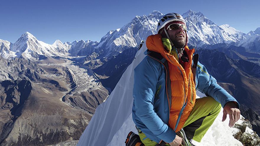 Skiy DeTray disfruta del único día soleado de los cinco de ascensión. Al fondo, el Everest y el Nupste.