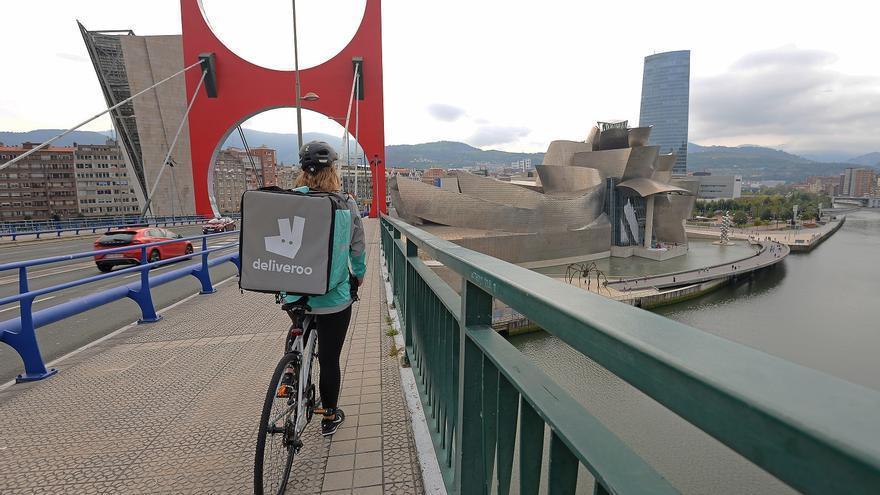 Un repartidor de Deliveroo en Bilbao.