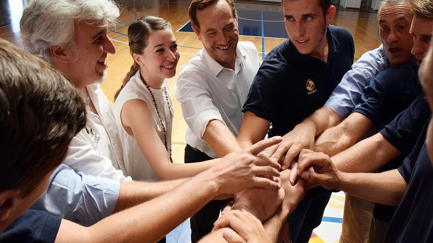 Un momento del encuentro de Verónica Messeguer con jugadores, técnicos y directiva