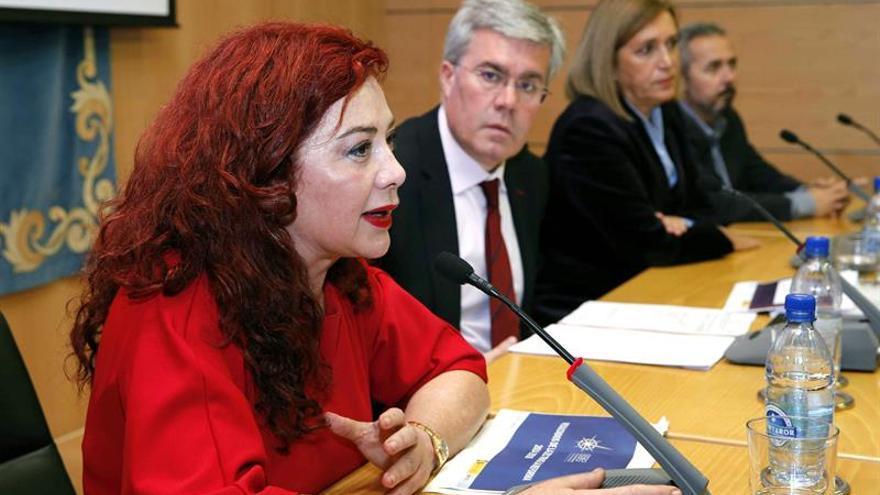 El secretario de Estado de Hacienda, José Enrique Fernández de Moya (2i), la delegada del Gobierno, Mercedes Roldós (2d), la presidenta de la Zona Especial Canaria (ZEC), Beatriz Barrera (i), y el viceconsejero de Economía y Asuntos Económicos con la Unión Europea, Ildefonso Socorro (d).