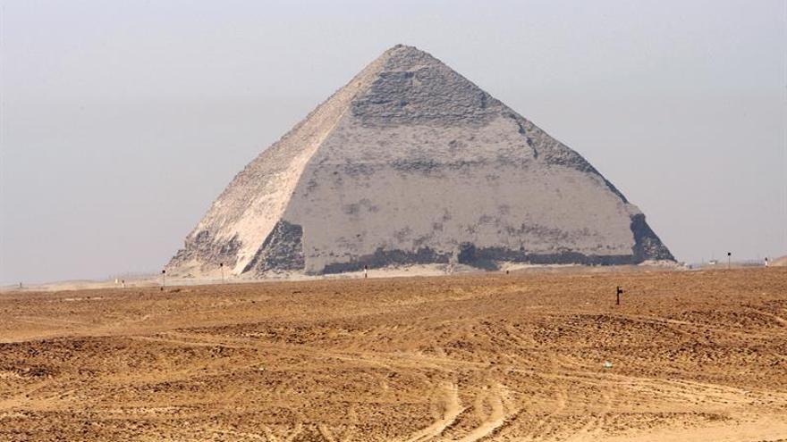 Análisis confirman existencia de una cámara en la pirámide acodada de Dahshur