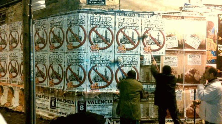 La pegada de carteles se ha hecho en distintas zonas de Valencia