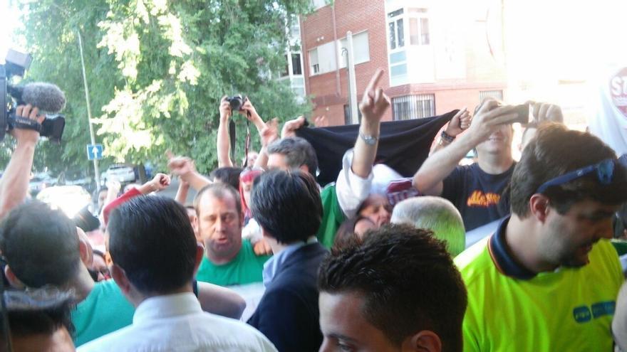 Un centenar de integrantes de la PAH tratan de reventar el acto de Aguirre y Pastor en Madrid