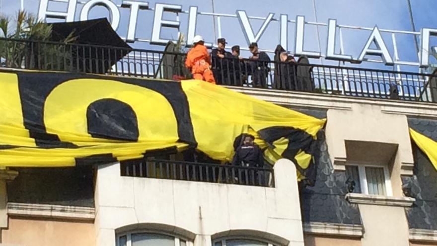 La policía impide el despliegue de una pancarta de Greenpeace contra la ley mordaza